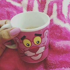 A Pantera cor de rosa é uma pantera fictícia que apareceu originalmente em 1963. O sucesso foi enorme e fez com que fosse produzida uma série de desenho animado. Realmente não tem como não se apaixonar por esse bichinho e agora está aqui na Tetris em forma de caneca! 💓💕💗 R$39,00 #tetrispresentes #criativosediferentes