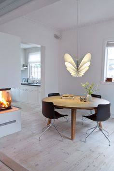 Piet Hein - The Flora Folio lamp is one of Piet Hein's most famous designs. The lamp has an original and unique look that makes it an exceptional pendant.