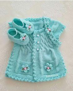 Hermoso chaleco de bebe color turqueza con botines y cintillo.