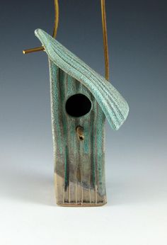 Another example of a bird house made of a substance not normally used,clay.The colour reflects the greenery of nature well. Ceramic Houses, Ceramic Birds, Ceramic Clay, Clay Birds, Slab Pottery, Ceramic Pottery, Pottery Art, Pottery Ideas, Bird House Feeder