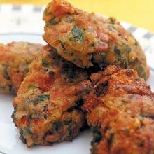 Ζουμεροί, πικάντικα όξινοι, απ' τη σάρκα της άνυδρης ντομάτας, μυρωδάτοι από το δυόσμο και το μαϊντανό. Ίσως ο πιο αντιπροσωπευτικός Ελληνικός κεφτές του καλοκαιριού. Greek Recipes, Vegan Recipes, Tandoori Chicken, Soul Food, Food To Make, Healthy Snacks, Easy Meals, Food And Drink, Appetizers