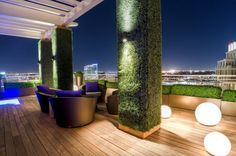Take your patio layout design to the next level with our list of favorite ideas. Whether it is large patios, or fire pits you will find everything you need Rooftop Terrace Design, Rooftop Patio, Patio Roof, Pergola Roof, Modern Garden Design, Patio Design, Outdoor Seating Areas, Outdoor Rooms, Outdoor Living