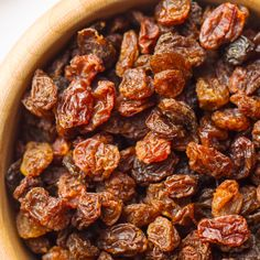 Raisins are very versatile in the kitchen and can also be made at home: find out what is needed and the process.