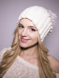 Idealne rozwiązanie na zimę. Ciepła czapeczka wykonana z wełny ,przyjemna w dotyku.  Mięciutka,nie gryzie.  Pozwała skórze...