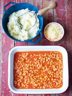 Make with homemade baked beans and mustardy swede/potato mash Kerryann's cheesy potato pie Jamie Oliver Food Jamie Oliver (UK) Tasty Vegetarian Recipes, Vegetable Recipes, Tasty Meals, Vegetarian Cooking, Quick Meals, Healthy Meals, Paleo, Bean Pie, Homemade Baked Beans