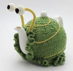 Ravelry contributor Anke Klempner used her creative knitting skills to realize something that we've long suspected: teapots look a lot like snails. Anke designed an adorable teapot cozy that accentuates the teapot's resemblance to a snail's shell and adds Knitting Projects, Crochet Projects, Knitting Patterns, Crochet Patterns, Scarf Patterns, Knitting Tutorials, Crochet Snail, Crochet Geek, Form Crochet