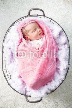 Newborn Mädchen gepuckt, eingewickelt in einem Korb