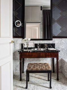 Cuarto de baño - Efecto dandy en un piso madrileño. Decor Interior Design, Interior Decorating, Decorating Ideas, Small Bathroom Renovations, Bathrooms, Famous Interior Designers, Fireplace Mirror, Layout, Small Rooms