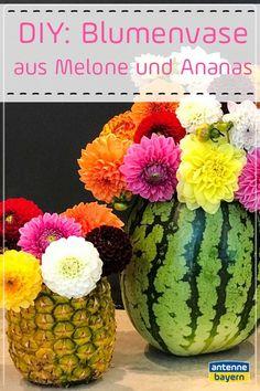 Ihr macht eine kleine Gartenparty und wollt eine ganz besondere Tischdeko? Dann verwendet dafür doch mal eine Wassermelone oder eine Ananas! WIe das gehen soll? Wir zeigen es euch! Diy For Kids, Fruit, Christmas Trees, Inspiration, Watermelon, Flowers Vase, Garden Parties, Natural Materials, Xmas Trees