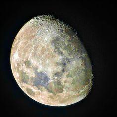 A lua é uma companhia leal. Ela nunca nos deixa. Ela está sempre ali nos observando inabalável conhecendo-nos em nossos momentos iluminados e obscuros mudando sempre como nós mudamos. A cada dia é uma versão diferente de si mesma. Às vezes fraca e pálida às vezes forte e cheia de luz. A lua entende o que significa ser humano. Incerta. Sozinha. Cravejada de imperfeições.  Tahereh Mafi  Os incontáveis encantos da lua têm sido inspiração para os povos desde tempos remotos. Sua personificação na…