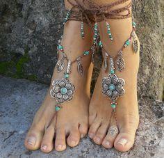 Dieses Angebot gilt für ein Paar Sandalen barfuß.  Wunderschöne und einzigartige barfuss Sandalen mit einer Frühling-Vibration. Sie sehen toll aus als Halskette oder als Sklaven Armband an den Händen :)  Handmade gehäkelt, mit Liebe und Sorgfalt mit Polyester Schnur, tibetische Silber große Blume Links, tibetische Blattsilber Reize gewachst, griechische Keramik Perlen, Perlen, Tibet Silber Perlen und Glasperlen.  Die Spitze ist lang genug, um es 2 Mal um das Bein wickeln.  Diese Sandalen…
