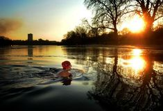 Angela Lurssen braves the early-morning cold weather to swim in the serpentine in Hyde Park, London Outdoor Cafe, Outdoor Pool, Swimming Pictures, Hyde Park London, London Fields, Uk Weather, Hampstead Heath, Snow Pictures, Open Water Swimming