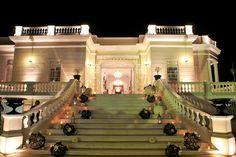 Montaje de boda para entrada con bolas de mimbre y arreglos de rosas blancas / Wedding set up for entrance with wicker balls and arrangements of white roses #Mérida #Hacienda #Yucatán #Wedding #Boda