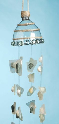 une suspension créative et artistique, fabriquée d un col de bouteille et des pierres recyclage bouteille plastique