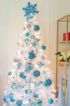 White Christmas Tree Decorations, Blue Christmas Decor, White Christmas Trees, Christmas Tree Inspiration, Ribbon On Christmas Tree, Simple Christmas, Christmas Ideas, Holiday Ideas, Christmas Time Is Here