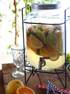 数種の柑橘とハーブに、水を注ぐだけで完成! ガラス製ディスペンサーに入れたら、見栄えもおしゃれに仕上がるので、パーティの主役級ドリンクに。 『ELLE a table』はおしゃれで簡単なレシピが満載!