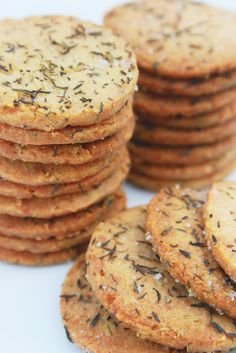Sablés salés au romarin (savory biscuits with thyme and rosemary) Savoury Biscuits, Savoury Baking, Fingers Food, Fingerfood Party, No Bake Cookies, Baking Cookies, Shortbread, Love Food, Food Porn