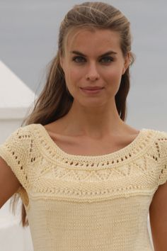 Strik en feminin sommertop   Femina Drops Design, Free Knitting, Kara, Crochet Projects, Knit Crochet, Vest, Sweaters, Cardigans, Tops