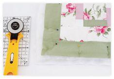 Para fazer o viés, corte do tecido rosa uma tira de 6,5 m x 6 cm. Costure-o nas laterais. -