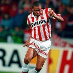 #ThrowBackThursday Antes de triunfar en el @fcbarcelona Ronaldo demostró su talento en el PSV. Cuantos goles hizo? Qué ganó? Para saberlo visita r5enlajugada.wordpress.com #oldpicture #R9 #Ronnie #Fenomeno #Futbol #vintage #classic #Brasil #Ronaldo #PSV