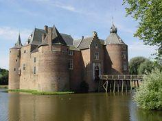 Kasteel Ammersoyen ligt in de Bommelerwaard, vlakbij de rivier de Maas en in het Gelderse dorp Ammerzoden. Gezien het bouwjaar, omstreeks 1280, hebben we hier te maken met een echte (laat-)middeleeuwse burcht. Dat is er ook aan af te zien.