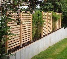 Gartenzaun aus Douglasienholz auf Natursteinmauer