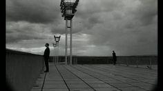 La Jetée est un film français de science-fiction de Chris Marker, sorti en 1962 et d'une durée de 28 minutes. Récit très singulier un fort contenu poétique et sert à représenter une face de la « réalité » : les souvenirs que l'on a d'un moment de sa vie sont partiels, tronqués et lorsqu'on regarde un album photos, les souvenirs viennent dans le désordre avec des « sauts dans le temps ». (d'après Wikipédia)