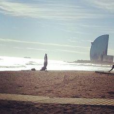 Día de suerte para los surfistas en Barcelona. Un pequeño espectáculo de la naturaleza.