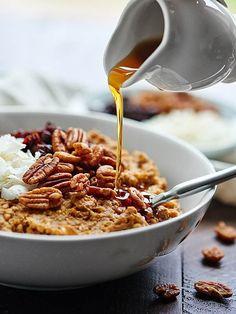 This Crockpot Pumpkin Oatmeal w/ Quinoa can be made in advanced, is super healthy, and tastes like pumpkin pie! http://showmetheyummy.com #crockpot #quinoa