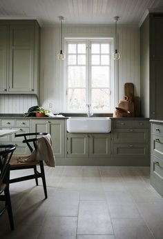 Farmhouse Kitchen Decor Ideas: Great Home Improvement Tips You Should Know! You need to have some knowledge of what to look for and expect from a home improvement job. Green Kitchen Cabinets, New Kitchen, Kitchen Dining, Kitchen Decor, Kitchen Ideas, Kitchen Cabinets Without Toe Kick, Swedish Kitchen, Floors Kitchen, Kitchen Colors