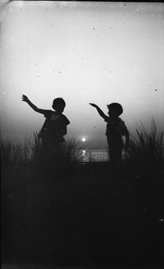 Silhouettes d'enfants - plaque verre photo negative - children at sunset Dark Photography, Vintage Photography, Black And White Photography, Amazing Photography, Street Photography, Beginner Photography, Photography Magazine, Black N White, Black White Photos