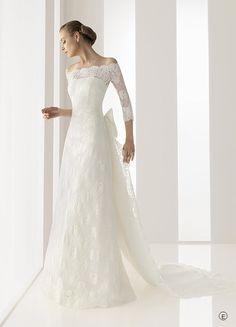 Reus (Vestido de Novia). Diseñador: Rosa Clará . Vestido de organza de seda con funda de encaje y cola....