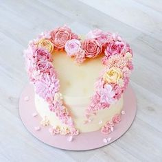 This heart cake is just a round layer cake, with flowers piped on, to form the heart. I'll make an easy version, using Russian tips Gorgeous Cakes, Pretty Cakes, Cute Cakes, Amazing Cakes, Cake Decorating For Beginners, Cake Decorating Techniques, Heart Cakes, Valentines Day Cakes, Unique Cakes