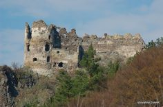 The ruins of the medieval Šášov Castle stand above the river Hron not far away from Žiar nad Hronom in central Slovakia. According to a legend, the lord of the Zvolen Castle had it built for his court joker who saved his life while hunting. As Roma, Great Places To Travel, Heart Of Europe, Danube River, Castle Ruins, Church Building, Central Europe, Bratislava, Romanesque
