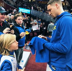 Klay Thompson signs autographs pre game of the Warriors vs. Cavaliers 1/15/17