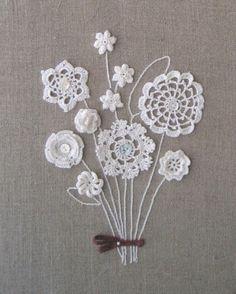 cuadro con ramo de flores en crochet en algodón blanco
