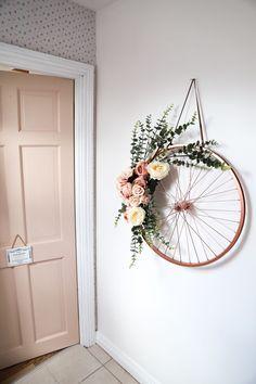 an old bike wheel!, Repurpose an old bike wheel!, Repurpose an old bike wheel! Here are two ways to create a DIY spring wreath. Artesanato com Reciclagem - 35 Formas de Usar Rodas de Bicicleta na Decoração Old Bicycle, Old Bikes, Bicycle Shop, Bicycle Art, Bicycle Design, Diy Wand, Diy Décoration, Sell Diy, Diy Home Crafts