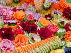 Donnant une touche d'originalité à un plat, les sculptures comestibles sont tout un art expliqué dans les tutoriels de cette sélection, permettant d'apprendre à réaliser des fleurs à partir de fruits et de légumes.