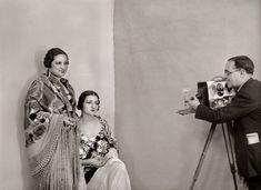 Santos Yubero, retratando en 1934, a las actrices Concha Constanzo y Carola Fernán Gómez, madre de Fernando Fernán Gómez. Spanish Eyes, Foto Madrid, Signo Libra, Concert, Wedding, People, Saints, War, Fotografia