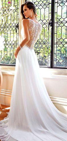 Cudownie lekka i strojna suknia ślubna z pięknymi plecami...