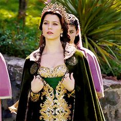 Mahpeyker Kösem Sultan I Garden Reign Fashion, Fashion Tv, Anastasia, Sultan Pictures, Baby Avengers, Kosem Sultan, Narnia, Gold And Black Dress, Romantic Pictures