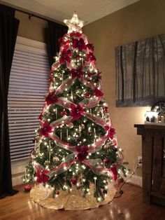People Are Decorating Their Christmas Trees With Flowers And The Results Are Beautiful christmas christmas tree christmas decorations christmas tree decorations viral viral right now trending viral posts Creative Christmas Trees, Beautiful Christmas Trees, Christmas Tree Themes, Noel Christmas, Christmas Tree Decorations, Christmas Crafts, White Christmas, Christmas Ideas, Christmas Ribbon