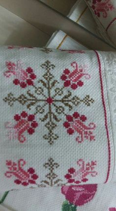 This Pin was discovered by Fad Tiny Cross Stitch, Cross Stitch Pillow, Cross Stitch Borders, Cross Stitch Flowers, Cross Stitch Designs, Cross Stitching, Cross Stitch Embroidery, Hand Embroidery, Cross Stitch Patterns