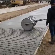 Here's how to make a paved road. It looks like a cake texture! Concrete Patios, Stamped Concrete Driveway, Stone Driveway, Backyard Patio Designs, Backyard Landscaping, Patio Ideas, Driveway Entrance Landscaping, Gate Design, House Design