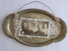 Not a scrapbook layout, but interesting idea - Use a vintage tarnished silver tray as a picture frame. Vintage Crafts, Vintage Items, Silver Trays, Silver Tray Decor, Silver Plate, Tarnished Silver, Photo Craft, Photo Displays, Vintage Silver