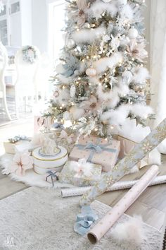 41 Elegant Christmas Tree Ideas For Living Room. Christmas is a great time of the year and a perfect occasion to set up a Christmas tree and to buy Christmas decoration for the whole house. White Flocked Christmas Tree, Rose Gold Christmas Decorations, Elegant Christmas Trees, Christmas Tree Design, Christmas Mantels, Christmas Tree Themes, Whimsical Christmas, Blue Christmas, Christmas Lights