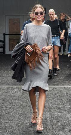Olivia Palermo e look todo cinza e básico