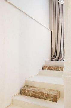trim on stairs (paint steel color of wall) and built-in railing (into wall) Interior Stairs, Interior And Exterior, Interior Design, Modernisme, Stair Detail, Stair Railing, Railings, Space Architecture, Staircase Design
