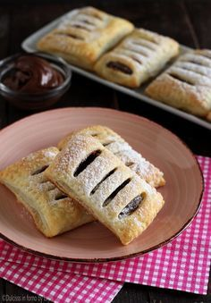 Saccottini di pasta sfoglia e nutella Sweet Pastries, Bread And Pastries, Confort Food, Torte Cake, Puff Pastry Recipes, Bakery Recipes, Frozen Desserts, Sweet Cakes, Chocolate Recipes