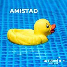 Una buena conversación con un buen amigo en tu piscina #Arromel. Una de las formas más bonitas de disfrutar de la vida.